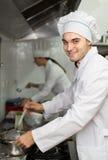 Dos cocineros en la cocina del restaurante Fotos de archivo libres de regalías