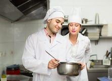 Dos cocineros en la cocina del restaurante Imagen de archivo libre de regalías