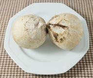 Dos cocos frescos y dulces deliciosos en el plato blanco Imagen de archivo libre de regalías