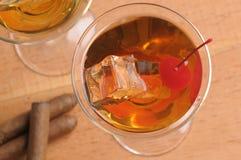 Dos cocteles de Manhatan en los vidrios de Martini Fotografía de archivo libre de regalías