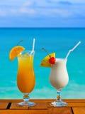 Dos cocteles en el vector en el café de la playa Foto de archivo