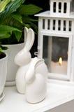 Dos coelhinhos da Páscoa vida cerâmica ainda Foto de Stock Royalty Free