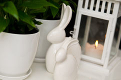 Dos coelhinhos da Páscoa vida cerâmica ainda Foto de Stock