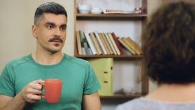 Dos colegas adultos que comunican, café de consumición del negocio en hora de la almuerzo metrajes