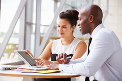 Dos colegas del negocio corporativo que trabajan junto en oficina