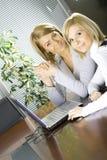 Dos colegas en la oficina imagen de archivo
