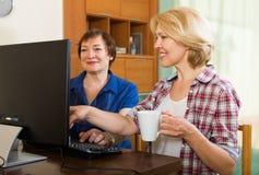 Dos colegas envejecidos con PC fotos de archivo
