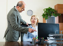 Dos colegas mayores en oficina Imagen de archivo