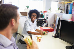 Dos colegas que tienen una hora de la almuerzo en el trabajo fotos de archivo libres de regalías