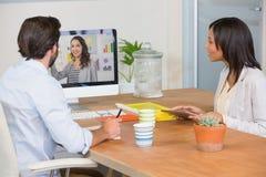 Dos colegas que tienen una videoconferencia imágenes de archivo libres de regalías