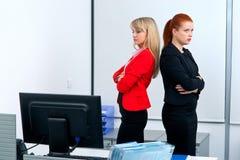 Dos colegues de la mujer en la oficina enojada el uno al otro Imagen de archivo libre de regalías
