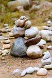 Dos colinas o pilas de piedras, similares a dos personas que se inclinan cara a cara foto de archivo