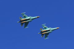 Dos combatiente ruso Sukhoi Su-34 en vuelo Foto de archivo libre de regalías