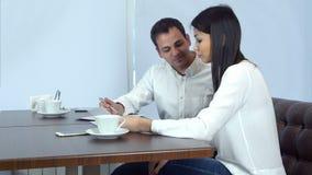 Dos compañeros de trabajo que analizan el documento sobre almuerzo de negocios metrajes