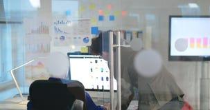 Dos compañeros de trabajo que trabajan en el diseño web de tienda en línea metrajes