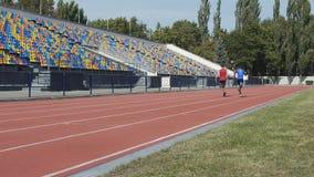 Dos competidores que corren la carrera de medio fondo para determinar el título del campeón metrajes