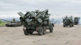 Dos complejos antiaéreos móviles del misil Tiro de Trackong almacen de video