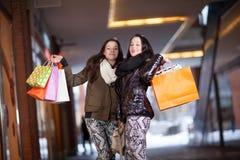 Dos compradores femeninos juguetones Foto de archivo