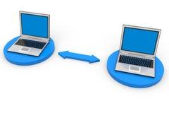 Dos computadoras portátiles conectadas Imagenes de archivo