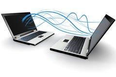 Dos computadoras portátiles que comunican sin hilos Foto de archivo libre de regalías