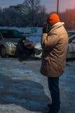 Dos conductores después del choque de coche en la calle de la ciudad del invierno Imagen de archivo