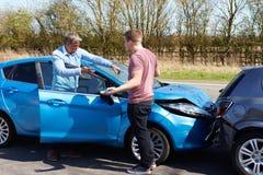 Dos conductores que discuten después de accidente de tráfico imagen de archivo libre de regalías