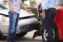 Dos conductores que discuten después de accidente de tráfico imagen de archivo