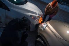 Dos conductores trastornados después del choque de coche en la calle del invierno Fotografía de archivo libre de regalías