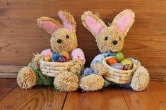 Dos conejitos de pascua con los huevos Fotografía de archivo libre de regalías