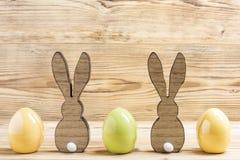 Dos conejitos de pascua con tres huevos de Pascua Fotografía de archivo libre de regalías
