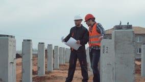 Dos constructores en sitio almacen de metraje de vídeo
