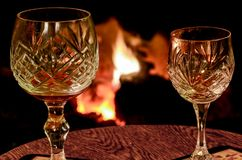 Dos copas de vino cristalinas en una tabla de madera colocada delante de a imágenes de archivo libres de regalías