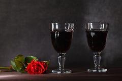 Dos copas de vino en la tabla oscura Fotos de archivo