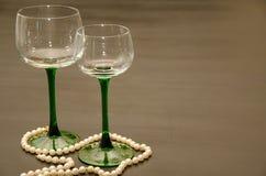Dos copas de vino provenidas verdes clásicas Fotografía de archivo