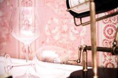 Dos copas de vino y botellas de vino rojo Foto de archivo libre de regalías