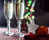 Dos copas del champán y de la decoración del ` s del Año Nuevo Foto de archivo
