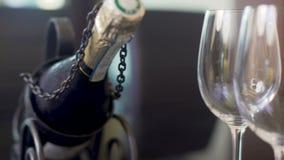 Dos copas y champanes vacíos embotellan la situación en la tabla, celebración almacen de video