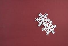 Dos copos de nieve de la plata de la decoración de la Navidad Imagen de archivo libre de regalías