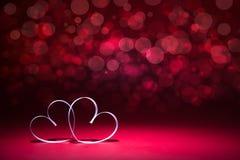 Dos corazones blancos en fondo rojo Tarjeta del día de tarjetas del día de San Valentín copie el espacio para su texto fotografía de archivo libre de regalías