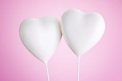 Dos corazones blancos en fondo rosado fotografía de archivo