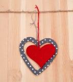 Dos corazones colgados para arriba en la cadena Fotografía de archivo libre de regalías