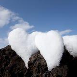 Dos corazones de la nieve en roca Imagen de archivo