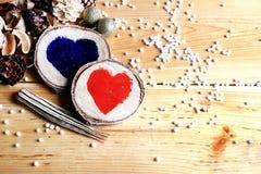 Dos corazones de madera Fotos de archivo libres de regalías