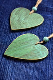 Dos corazones de madera en fondo azul del dril de algodón Fotografía de archivo libre de regalías
