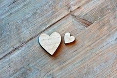 Dos corazones de madera en fondo de madera Imágenes de archivo libres de regalías