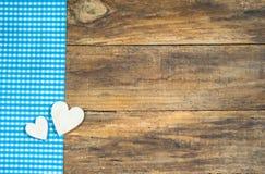 Dos corazones de madera en la madera rústica Fotografía de archivo