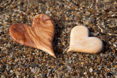 Dos corazones de madera forman en la naturaleza para la tarjeta de felicitación. Fotos de archivo