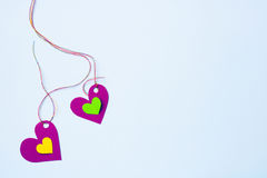 Dos corazones de papel en un fondo suavemente azul Fotos de archivo libres de regalías