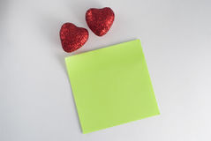 dos corazones decorativos con las lentejuelas tarjeta del día de San Valentín del modelo el 14 de febrero Imagen de archivo