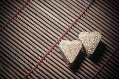 Dos corazones del azúcar en textura de madera Foto de archivo libre de regalías